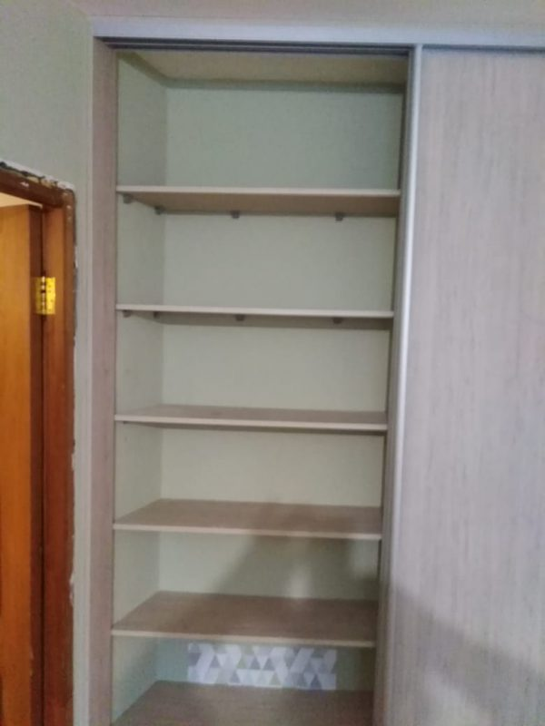 Встроенный шкаф-купе с глухими дверьми на заказ