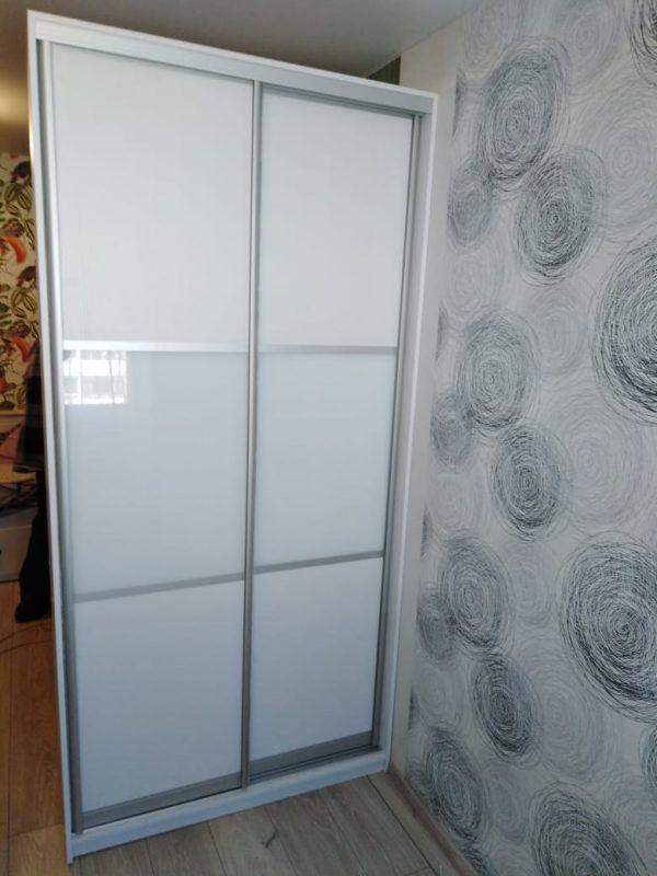 Белый корпусной шкаф купе с двумя дверьми