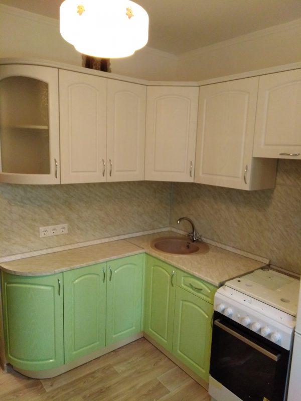 Бело-зеленая угловая кухня