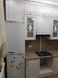 Белая кухня под потолок с фрезеровкой