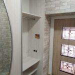 Стильный шкаф-купе с гнутым ригелем в прихожей