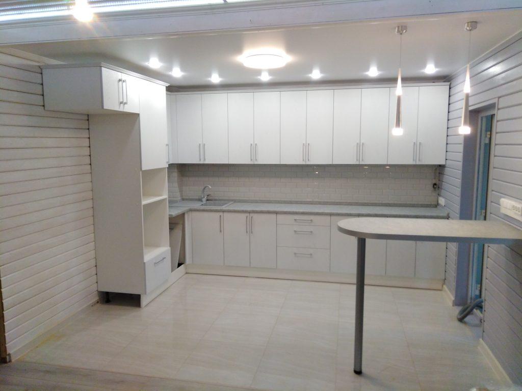 Белая кухня с барной стойкой - Мебельная фабрика Адалит