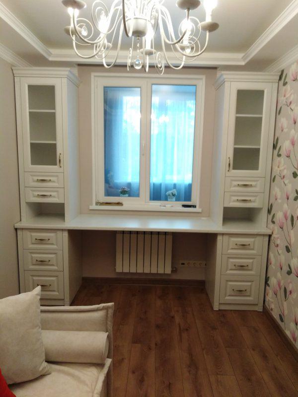 Письменный стол со стеллажами возле окна - Мебельная фабрика Адалит