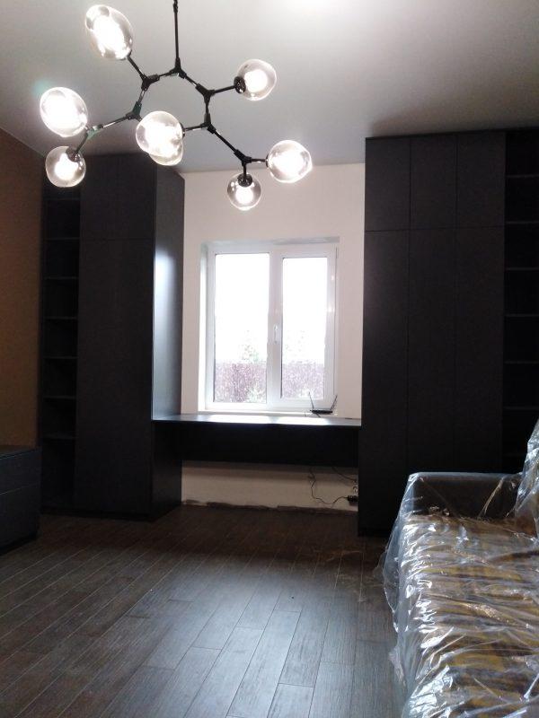 Темная мебель в интерьере комнаты - Мебельная фабрика Адалит