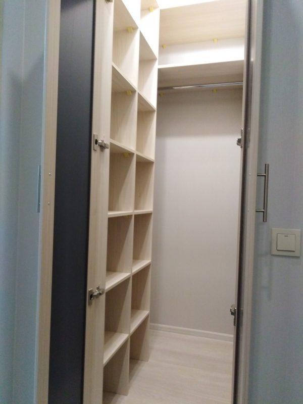 Гардеробная с встроенными распашными дверьми - Мебельная фабрика Адалит