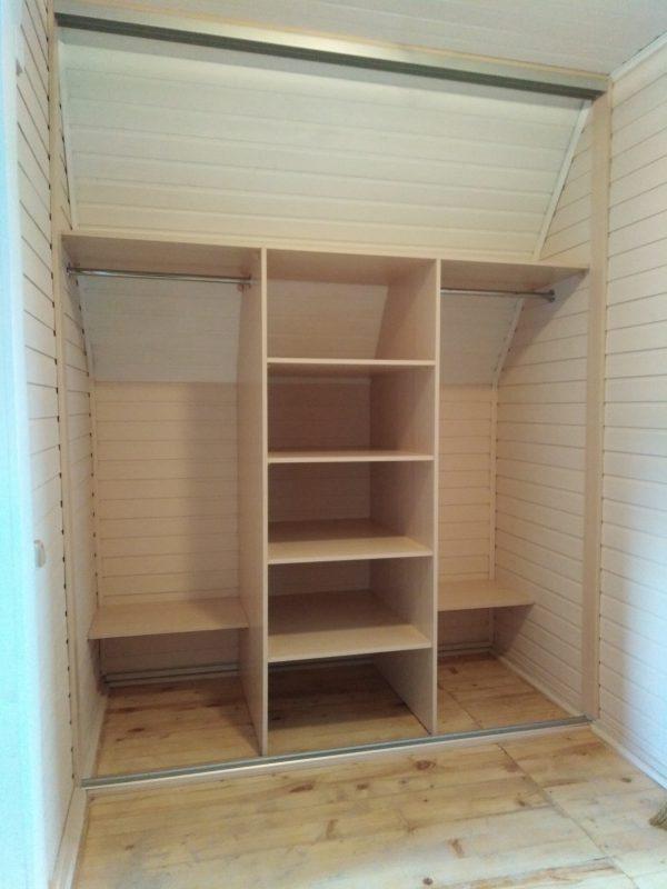 Встроенный шкаф-купе в мансарде