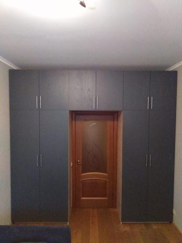 Корпусная распашная группа мебели в виде арки над дверью