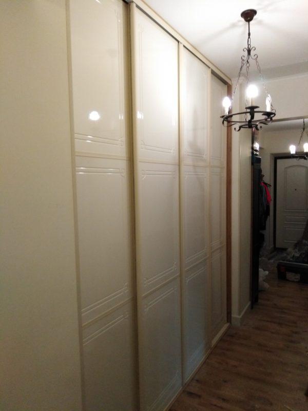 Встроенный шкаф купе и встроенные распашные дверцы с полками в туалет - Мебельная фабрика Адалит