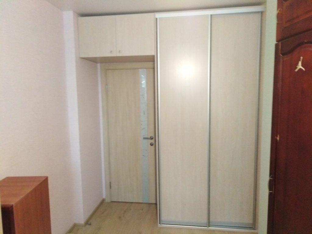 Встроенный шкаф купе с антресолью над дверью - Мебельная фабрика Адалит