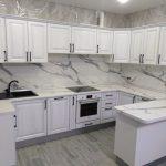 П-образная белая кухня, зонирующая пространство