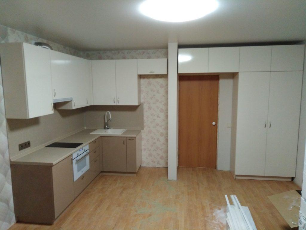 Угловая кухня и корпусной распашной шкаф с антресолью - Мебельная фабрика Адалит
