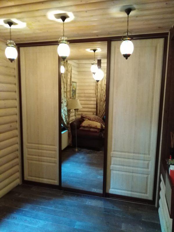 Встроенный шкаф купе с тремя дверьми в деревянном доме - Мебельная фабрика Адалит